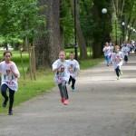 dzieci biegną poczas zawodów sportowych