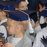 uczniowie w granatowych czapkach