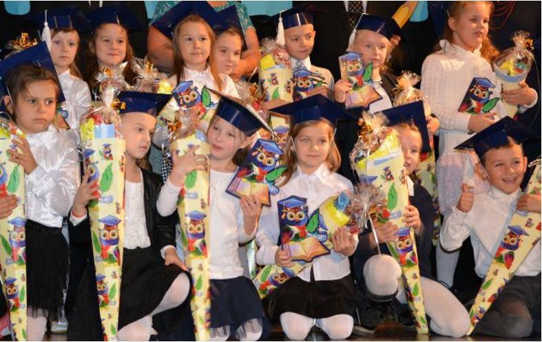 grupa dzieci z kolorowymi ozdobami
