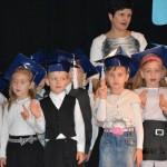 grupa uczniów granatowych czapkach
