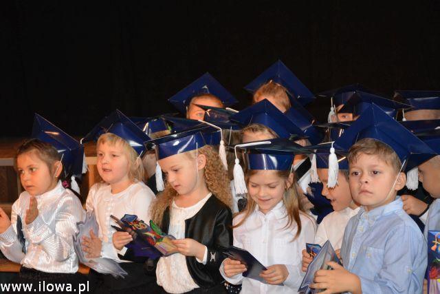 grupa uczniów w uroczystych strojach