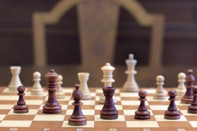 szachy na szachownicy, z tyłu krzesło