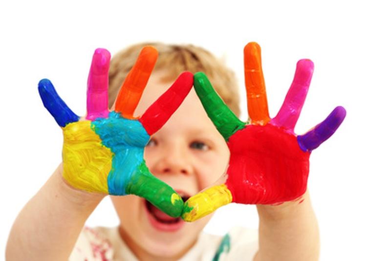 Dziecko z kolorowymi dłońmi
